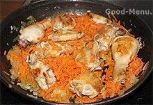 Тушим курицу, морковь и лук