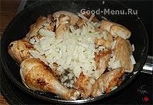 Жаркое из курицы - кладем лук