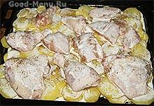 Курицу с картошкой заливаем сметаной