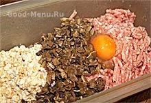 Котлеты с грибами - фарш, жареные грибы, яйцо и хлеб