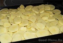 Курица с картошкой в сметане - картофель на противне