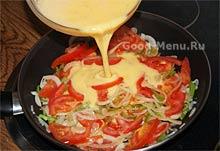 Взбитые яйца для омлета с помидорами