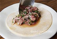 Хинкали - кладем начинку из рубленого мяса