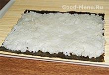 Выкладываем рис для суши