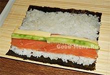 Выкладываем начинку для суши