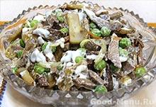 Печеночный салат с грибами и свежим горошком