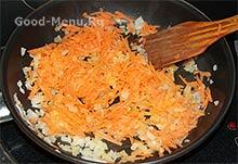 Тушим морковь для овощного рагу с картошкой