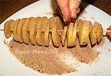 Обсыпаем специями картошку спиралью