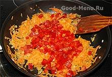 Кладем салатный перец в овощное рагу