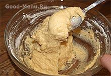 Замешиваем тесто для ромовой бабы