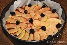 Пирог из творога украшем вишней