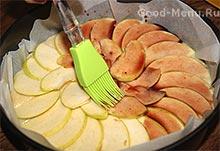 Пирог из творога покрываем сиропом