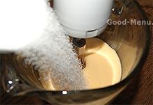 Кладем сахар в бисквитное тесто для яблочного пирога
