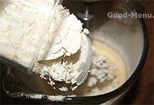 Кладем муку в бисквитное тесто для яблочного пирога