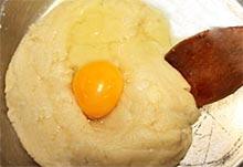 Добавляем яйцо в заварное тесто