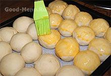 Смазываем пампушки яйцом