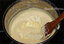 Кладем масло в заварной крем
