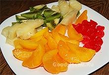 Порезанные фрукты для торта