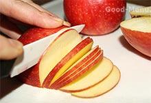 Яблочный пирог - режем яблоки