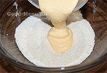 Соединяем кокосовую стружку и взбитые желтки