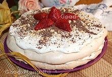 Торт с безе, кремом и клубникой