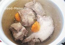Мясо на щи заливаем водой