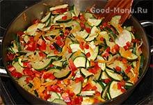 Добавляем красный перец в тушеные кабачки