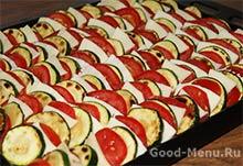 Выкладываем кабачки, помидоры и сыр для запекания в духовке