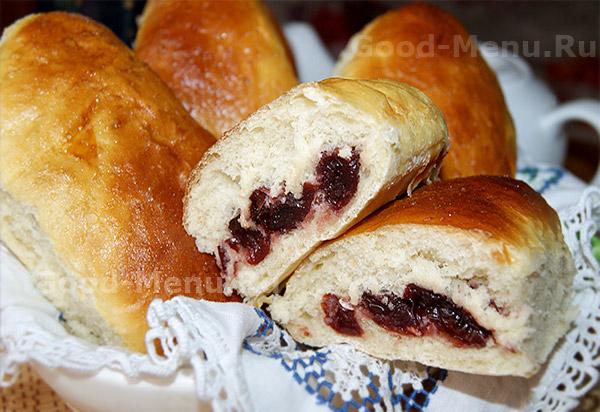 Дрожжевые пирожки с вишней в духовке - рецепт